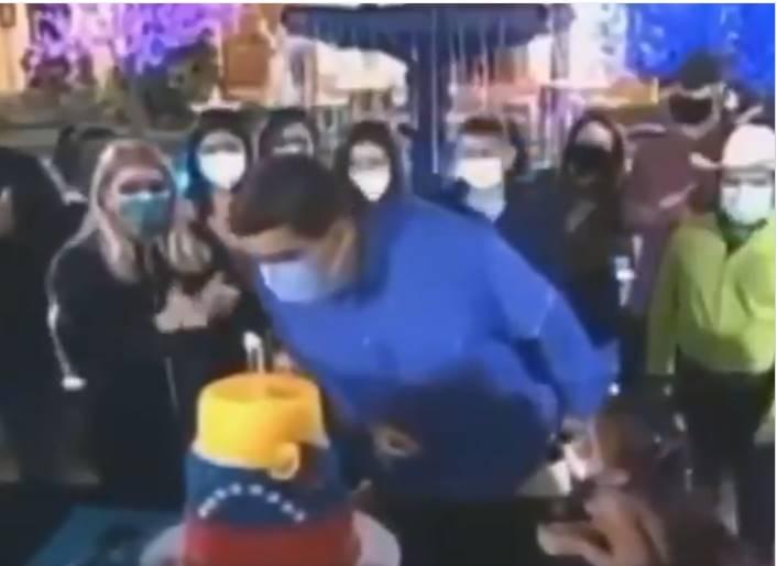 ¡Con el tapabocas puesto! Nicolás Maduro no pudo apagar las velas de su cumpleaños