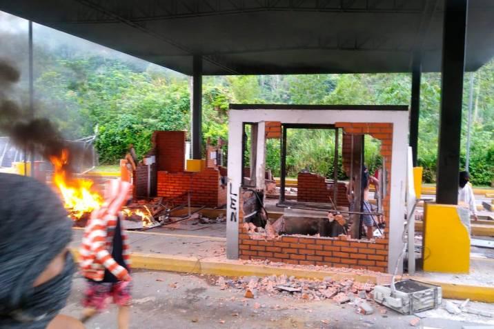 Habitantes destruyeron nuevamente el peaje de Rionegro, Santander